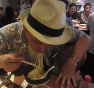 沖縄そばをすごい勢いでほおばる福光さん 左手が必死でかわいい